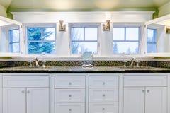 有两个水槽的白色豪华卫生间镜箱。 库存图片