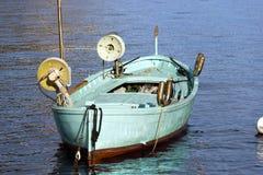 有两个绞盘的渔船-利古里亚意大利 免版税库存照片