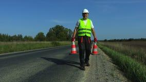 有两交通锥体的修路工作者 影视素材