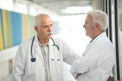 有两位男性的医生交谈 免版税库存照片