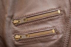 有两口袋的棕色优质皮夹克用拉锁拉上闭合 图库摄影