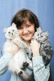 有两只小猫的少妇 库存照片
