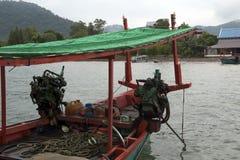 有两台外置马达的木小船 免版税库存图片