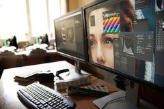 有两台显示器的桌面,键盘,照相机,日志,设计师的, retoucher,摄影师一个调色板 库存图片