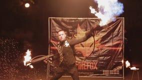 有两台火焰喷射器的一个人在他的浇灌在街道上的手上火沥青 惊人的壮观的表现 影视素材