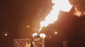 有两台火焰喷射器的一个人在他的胳膊转过来并且射击两台火焰喷射器 股票录像