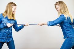 有两名的妇女乐趣牵索 免版税图库摄影