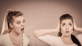 有两名的妇女争论 免版税库存照片