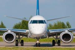 有两喷气机引擎的企业喷气机,正面图 事务,旅行概念 免版税库存图片