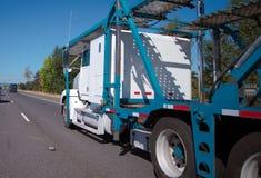 有两层的拖车的大船具半汽车搬运工卡车transpo的 免版税库存照片