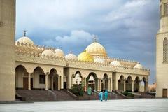 有两座尖塔的多云天气,去i的妇女回教清真寺 免版税库存图片