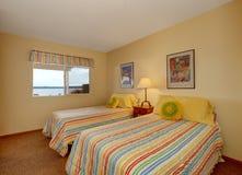 有两张单人床的卧室在快乐的卧具 免版税图库摄影