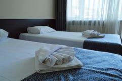 有两张床的豪华室在一家现代旅馆里 库存照片