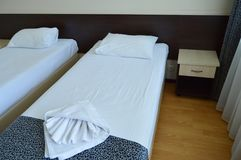 有两张床的豪华室在一家现代旅馆里 免版税库存照片