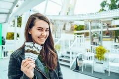 有两张票的一名美丽的妇女 免版税图库摄影