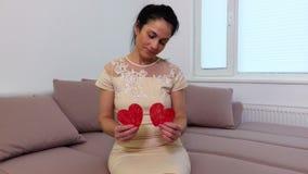 有两张纸心脏的妇女 股票视频
