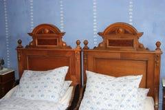 有两张老床的葡萄酒卧室从第18 centu的结尾 免版税库存照片