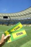 有两张巴西最后的票的足球迷在体育场 免版税库存图片
