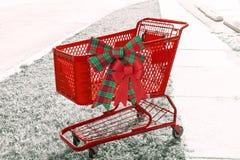 有两把弓的o明亮的红色假日购物车边 库存图片