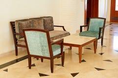有两把扶手椅子和一张桌的舒适的沙发海与内部元素在旅馆度假区 库存图片