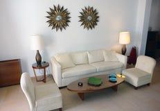 有两把扶手椅子的室 库存照片