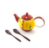 有两把木匙子的被隔绝的黄色陶瓷茶罐在白色 免版税库存照片