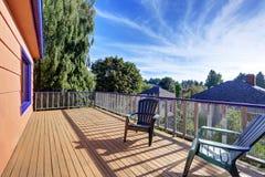有两把椅子和完善的看法的木地板阳台 库存照片