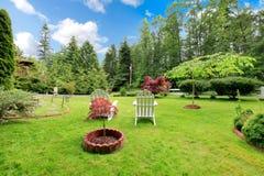 有两把椅子的可爱的草坪 免版税库存图片
