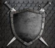 有两把横渡的剑的中世纪盾 免版税库存图片