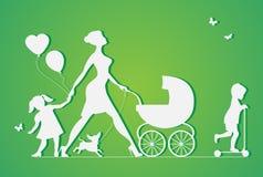 有两条孩子和狗的妇女 超级母亲 免版税库存图片