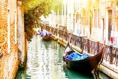 有两艘长平底船的运河在威尼斯,意大利 威尼斯建筑学和地标  夏天晴天在威尼斯 图库摄影