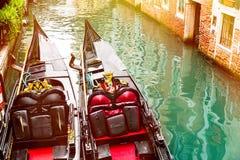 有两艘长平底船的运河在威尼斯,意大利 威尼斯建筑学和地标  夏天晴天在威尼斯 库存图片
