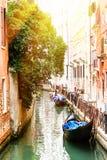 有两艘长平底船的运河在威尼斯,意大利 威尼斯建筑学和地标  夏天晴天在威尼斯 免版税库存图片