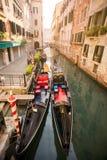 有两艘长平底船的运河在威尼斯,意大利 免版税库存照片