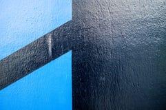有两蓝色形状的伟大的看起来的黑墙壁 免版税库存照片