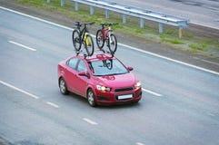 有两辆自行车的汽车 图库摄影