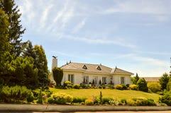 有两门廓的大白色房子 图库摄影
