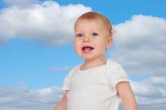 有两颗小牙的可爱的白肤金发的婴孩 库存图片