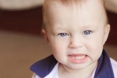 有两颗牙的恼怒的男孩将哭泣 免版税库存图片