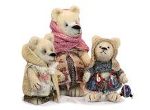 有两崽的玩具熊母亲 库存图片