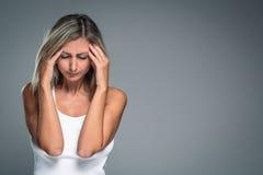 有严厉头疼/偏头痛/消沉的华美的少妇 免版税图库摄影
