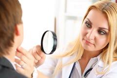 有严肃的面孔的美丽的女性医学医生 免版税图库摄影