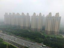 有严重空气污染、雾和阴霾的顶视图高速公路在北京市,中国 免版税库存照片