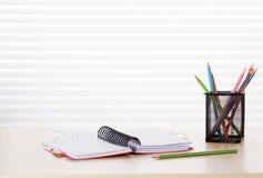 有个人计算机、笔记薄和铅笔的办公室工作场所 免版税库存照片