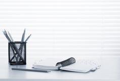 有个人计算机、笔记薄和铅笔的办公室工作场所 库存图片