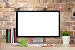 有个人计算机和供应的办公桌工作场所 免版税库存照片
