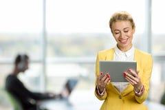 有个人计算机片剂的微笑的企业夫人 免版税库存图片