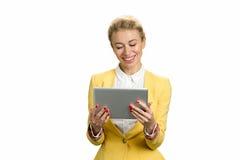 有个人计算机片剂的微笑的企业夫人 库存照片
