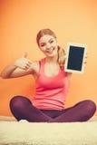 有个人计算机片剂的运动的女孩 黑屏copyspace 免版税库存图片