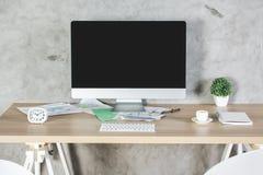 有个人计算机的创造性的桌面 免版税库存照片